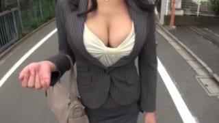 胸の露出が凄い巨乳おばさん会長がセクハラでフェラ口内射精動画