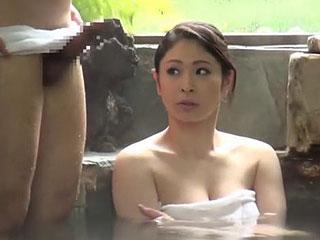 混浴風呂で巨乳奥さんに勃起したチンコを見せつけ寝取られ浮気SEX