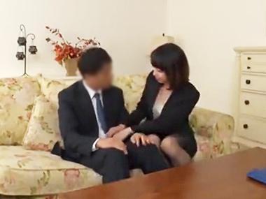 欲求不満の人妻は訪問営業の男性を巨乳で誘惑♪濃厚SEX動画