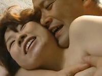 真昼間から縁側軒下でクンニ愛撫激パコする熟年夫婦のSEX動画