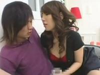 色気タップリ美熟女のオナニーと誘惑キスに痴女手コキのエロ動画