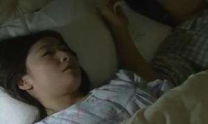 寝てる旦那の横で激SEX妄想しマンコ弄るエロ人妻オナニー動画