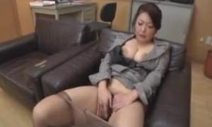 巨乳や乳首やマンコを弄りながらオナニーする熟女先生のエロ動画