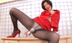 パンスト美脚を披露して電マ股間に押し当てる変態熟女のオナニー動画