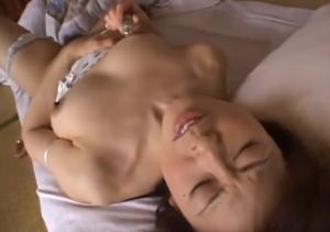 マンコや陰核を刺激して痙攣しイキ捲くるエロ熟女のオナニー動画