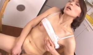 欲情した四十路の人妻が自分で乳首やマンコ弄くる激オナニー動画