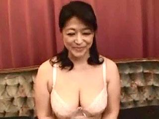 素人奥さま初AV動画wイケメン男優のチンポ貪る五十路のドスケベ熟女妻