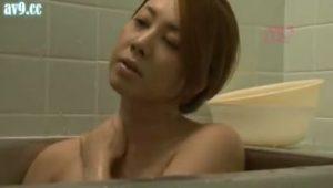 ラーメン屋の巨乳な女将が客の男性と不倫SEXする熟女エロ動画
