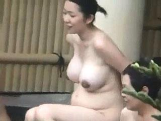 温泉旅行で露天風呂に浸かる妊婦の巨乳奥様を夫が盗撮投稿した件