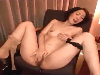 素人の美人奥さまがオナニー披露し激SEXでイキ捲くる人妻動画