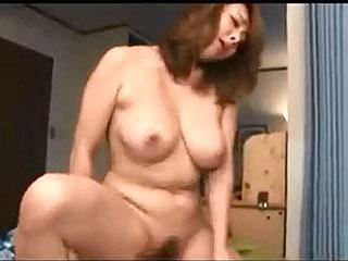 巨乳のお母さんが息子とのSEXで性欲解消する近親相姦av動画