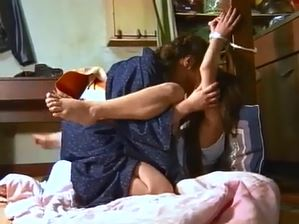 母と娘の濃厚レズ動画!ペニバン装着し交互に激突きレズSEX