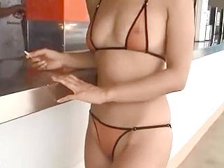 乳首や割目丸見えのエロ水着でプールサイド歩く変態おばさん露出動画