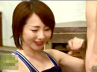青年に求愛されたおばさんが手コキ・フェラで応えるエッチ動画