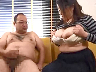 巨乳おばさんのオッパイ見ながら目の前でセンズリするエロ企画動画