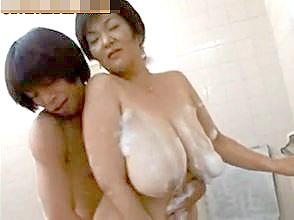 Hカップ垂れ爆乳の50代熟女と一緒にお風呂&騎乗位のエロ動画