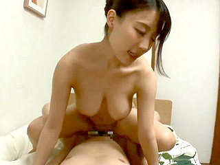 セレブな巨乳奥さまがガテン男性を誘惑して中出し浮気SEX動画