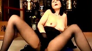 仏前で亡き夫とのSEXをエロ妄想した熟女未亡人のオナニー動画