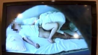 夫とのSEXを盗撮した映像を見ながら浮気相手をフェラする人妻