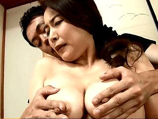 専業主婦の43歳・美人妻が初AVで乳首ビンビンの激SEX動画