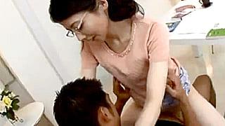 隣のバカ息子の家庭教師してる人妻が性教育でSEXするエロ動画