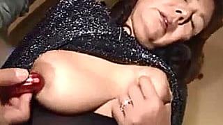 70歳手前の巨乳ババア人妻を玩具で責め捲くる個人撮影エロ動画