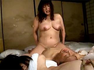 温泉客のオヤジに犯され捲る素人の熟女2人の本物レイプのエロ動画