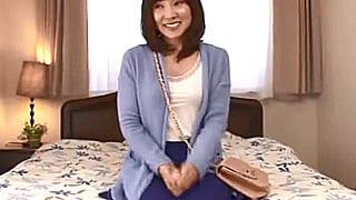 芸能人・鈴木杏樹 似の43歳人妻が初AVでオナニー&激SEX