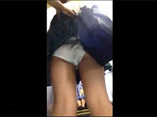 素人流出で駅構内JKのスカートめくりパンツ盗撮スマホ撮影