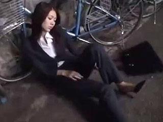 【OL★泥酔レイプ】お酒を飲みすぎ酔っ払って道端で寝てる美人OLを泥酔レイプw中出しまでするゲス男のハメ撮り動画w|エッチな素人さま