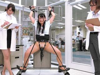 立ち拘束した女子社員をクリ電マ責め放置でエンドレス潮吹きイキ