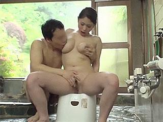 出くわした温泉客のデカチンに発情し爆乳妻がSEXし捲る熟女動画