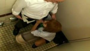 公衆トイレで援交する生意気な黒ギャル巨乳JK盗撮エロ動画