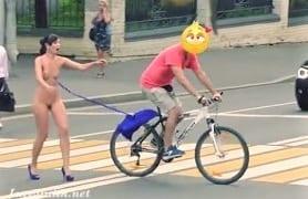 街中で外国人女性が自転車に服を引っ張られ全裸露出おもエロ動画