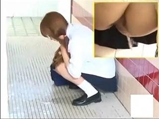 高校生が公園のトイレで放尿おもらし素人投稿ハプニング盗撮