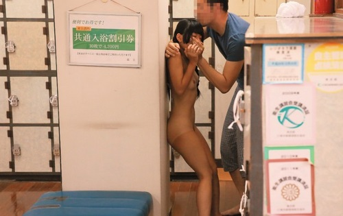 父親と男湯に入ってきた女子小学生が悪戯される盗撮レイプ動画