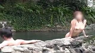 混浴露天に露出狂の変態彼女を放置しNTR盗撮した素人投稿