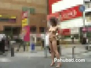 露出狂のド変態女が日中の街中で全裸で散歩する野外露出動画