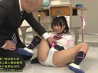 教室で拘束電マ責めで放置されてるJKに欲情しレイプする変態教師