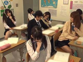 授業中に女子生徒をこっそり手マンwクラスのJK全員で発情オナニー