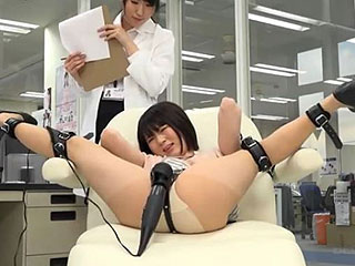 女子社員を開脚拘束してクリ電マ責めで何回イクのかを大実験