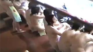 素人投稿で温泉で修学旅行JC娘達の発育途上ヌード隠し撮り