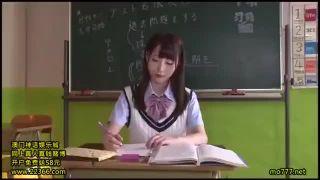 お漏らしを目撃された優等生JKが潮吹きで再びびしょ濡れのSEX動画