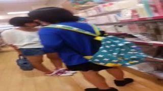 買い物中のJS・JCのスカートを逆さ撮りした盗撮パンチラ動画