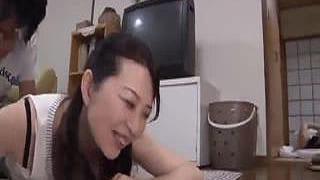 寝入る嫁の傍らで旦那を寝取る淫乱義母の略奪SEX系の熟女エロ動画