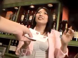 田舎のスナックの熟女ママを口説いてハメ撮りした素人熟女のエロ動画
