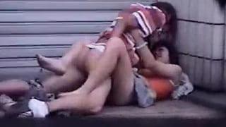 大学生のカップルが路上でセックスを盗撮した素人エッチ動画