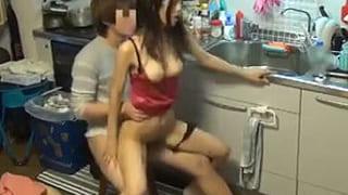 キッチンで手マンして立ちバックでエッチを盗撮した素人セックス動画