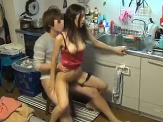 【素人★盗撮】隠しカメラを仕掛けて巨乳ギャルとキッチンでセックスだーwww椅子で騎乗位で腰振る姿がエロ過ぎだーwww|エッチな素人さま