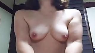 熟女が騎乗位してる所を旦那が撮影して投稿した素人セックス動画